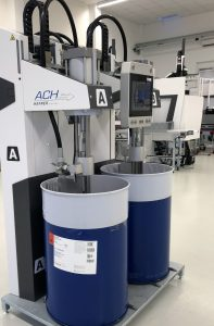 Für die Dosierung des Flüssigsilikons kommt eine Dosieranlage Maximix G2 von ACH-Solution zum Einsatz. Der Gesamtprozess wird über das CC300-Bedienpanel der Spritzgießmaschine gesteuert. (Bildquelle: ACH-Solution)