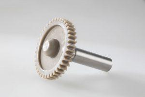 Ein Zahnrad aus PEEK, vorbereitet für die Prüfung auf dem neuen Zahnradprüfstand im Friction and Motion Competence Center von Evonik in Darmstadt. Er ermöglicht Prüfungen bei Temperaturen von -20 °C bis 260 °C im trockenen und geschmierten Zustand. (Bildquelle: Evonik)