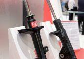 Auf der Messe Automechanika stellte der Automobilzulieferer KYB Europe einen Prototyp eines gewichtsoptimierten Stoßdämpfers aus CFK vor. (Bildquelle: KYB Europe)