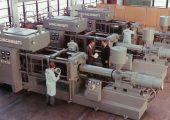 Vor 50 Jahren, im Herbst 1968, begann Milacron – damals ein Hersteller von Fräsmaschinen – mit dem Bau von Spritzgießmaschinen. Im Bild die ersten Serienmaschinen. (Bildquelle: Milacron)