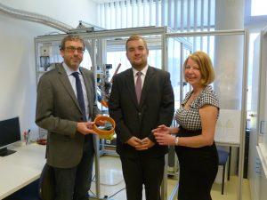 Projektpartner: Prof Dr. Jean Pierre Bergmann (links) und Leander Schmidt von der TU Ilmenau sowie Erika Chodura von Granula Deutschland