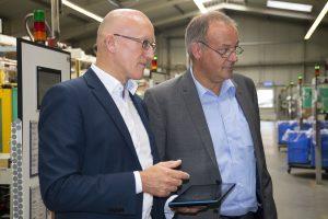 Florian Göldner, Vice President Qualität bei Siemens (rechts) und Ulrich Grauvogel, CMO bei Data Ahead AG (links), treffen sich beim Ortstermin im digitalisierten Werk des Toplieferanten Peiler & Klein in Höchstadt. Der Kunde erhält direkten Einblick in die Fertigungsrohdaten des Zulieferes.