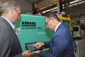 Christian Werner, Geschäftsführer bei Peiler & Klein (rechts), erläutert Florian Göldner, Vice President Qualität bei Siemens (links) den direkten Remote-Zugriff auf sämtliche Fertigungsrohdaten.