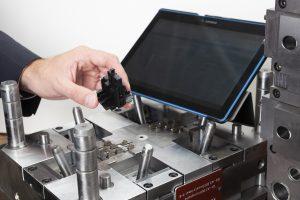 Ein typisches Produkt der Peiler & Klein GmbH für die Siemens-Werke EWA und GWA in Amberg: Spritzgießwerkzeug, Fertigungsdaten und Gehäuseteil sind über digitale Zwillinge und das Toolmanagement untrennbar miteinander verbunden und jederzeit verfolgbar.