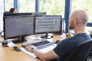 Bei Peiler & Klein sind die Stati aller Maschinen auf Rohdatenbasis direkt in einem Webservice sichtbar. Sie können von allen Mitarbeitern entsprechend ihrer Berechtigung betrachtet werden. An der Maschine erkannte Optimierungsmöglichkeiten können auch Planungen übersteuern. Sie erfüllen dabei sämtliche Prozessvorschriften und werden lückenlos geloggt.