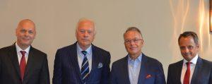 Bei der Vertragsunterzeichnung: Jobst Wagner, Präsident der Rehau-Gruppe und zukünftiger Verwaltungsratsvorsitzender des neuen Unternehmens (2.v.r.), Thomas Endres, derzeitiger Verwaltungsratspräsident MBT und zukünftiges Mitglied des Verwaltungsrats des neuen Unternehmens (2.v.l.), Dr. Stefan Girschik, künftiger CEO des neuen Unternehmens (r.), und Philipp Endres, künftiger stellvertretender CEO des neuen Unternehmens (l.). (Bildquelle: Rehau)