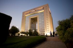 Das saudiarabische Chemieunternehmen Sabic wird mit einem Aktienanteil von 24,99 Prozent größter Anteilseigner von Clariant. Alle Genehmigungen dafür liegen jetzt vor. Im Bild: Hauptsitz von Sabic in Riyadh. (Bildquelle: Sabic)