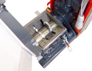 Blick in die Mahlkammer der Zahnwalzenmühle S-Max 2. Sie eignet sich für das Inline-Recycling von Angüssen, hat zwei Messer und gehärtete Schneidwerkzeuge. (Bildquelle: Wittmann)
