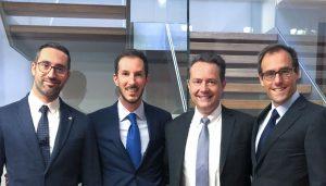 Nach der Unterzeichnung der Unternehmensbeteiligung der Wittmann-Gruppe an ICE-flex (v.l.n.r.): Marco Ravazzani und Giorgio Pigozzo ICE-Flex, Michael Wittmann, Geschäftsführer der Wittmann-Gruppe, und Marco Pelagatti von ICE-flex. (Bildquelle: Wittmann)