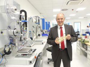 CEO Thomas Herrmann zeigt eine Werkstückaufnahme aus dem 3D-Drucker, ebenfalls eine Dienstleistung des Ultrasonic Engineerings. Die Reaktionszeiten bei Erstanfragen im Ultraschall-Labor können so verkürzt werden. (Bildquelle: Herrmann Ultraschall)