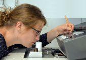 Gaschromatographie-Olfaktometrie: Eine geschulte Prüfperson riecht den von der Trennsäule kommenden Gasstrom ab und vermerkt Geruchseindrücke direkt im Chromatogramm. (Bildquelle: Fraunhofer IVV)