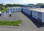 Bond-Laminates errichtet am Standort Brilon eine neue, vierte Produktionshalle für endlosfaserverstärkte thermoplastische Verbundwerkstoffe mit rund 1.500 qm Fläche. Sie soll Mitte 2019 in Betrieb gehen. (Bildquelle: Lanxess)
