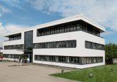 Die neu gestaltete Fassade des erweiterten Verwartungsgebäudes greift in der Form das Layout des Dickschicht-Heizelements der Blueflow Heißkanaldüse auf. (Bildquelle: Günther)
