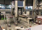 Die neue Prozessanlage der IRG Cosimo im Technologiezentrum Augsburg: Eine1.000-t-Presse mit Werkstück-Zufuhrsystem zur Herstellung thermoplastischer Faserverbundbauteile. (Bildquelle: ITA Augsburg)