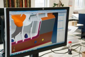 Einer der Konstruktionsarbeitsplätze bei Kellermann, wo mit Visi Mould das Werkzeug aufgebaut wird. Die vielen und zum Teil automatisierten Funktionen sorgen für eine zügige Arbeitsweise. (Bildquelle: Kellermann/Mecadat)