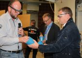 Ein blauer Topf bringt den Kreislauf in Schwung: Produktionsleiter Ulrich Lampe (links) erläuterte dem Lohner Bürgermeister Tobias Gerdesmeyer (rechts) im Rahmen der XXL-Werksführung, die Herstellung des neuen Reycling-Produktes. (Bildquelle: Pöppelmann)