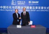 Dai Hou-Liang (links), Vorstandsvorsitzender und President von Sinopec, und Dr. Martin Brudermüller, Vorstandsvorsitzender BASF, haben eine Absichtserklärung über den Ausbau der Kooperation beider Unternehmen in China unterzeichnet.