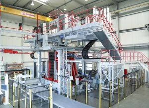 Die neue Blasformanlage zur Fertigung von Kunststoffprodukten bei Roth Industries in Watertown mit ihren drei sensorgesteuerten Kolbenspeicheranlagen.  (Bildquelle: Roth Hydraulics)
