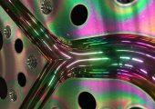 Blick auf einen amorph beschichteten Fließkanal eines Extrusionsschlauchkopfs. Die strömungsfreundliche Oberflächenbeschichtung erleichtert den Schmelzefluss, sodass zäh anhaftende Masterbatch-Rückstände schneller ausgetragen werden können. (Bildquelle: W. Mül-ler)