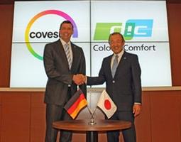 Kaoru Ino, Director, President und CEO der DIC Corporation (r.) und Dr. Markus Steilemann, Vorstandsvorsitzender von Covestro besiegeln einen weiteren Meilenstein in einer über 18-jährigen erfolgreichen Partnerschaft. (Bildquelle: Covestro)