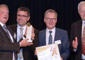 Phoenix Contact ist Gesamtsieger im Wettbewerb »Excellence in Production« und damit »Werkzeugbau des Jahres 2018«. (v.l.n.r.): Dr. Sven Hosten, Stefan Flachmann, Roland Bent,  und Laudator Klaus Hilmer, Festo Polymer.  (Bildquelle: Fraunhofer IPT)