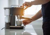 Typische Anwendungsbeispiele für die TPE sind lebensmittelverträgliche Maschinenbauteile sowie Griffe und Oberflächen von Haushaltsgeräten, wie Kaffeemaschinen und Entsafter. (Bildquelle: Kraiburg)