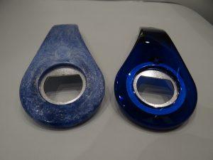 Flaschenöffner links ohne und rechts mit variothermer Werkzeugtemperierung gefertigt. (Bildquelle: Simone Fischer/Redaktion Plastverarbeiter)