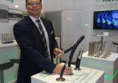 Nico Malkowski, Vertrieb RK Kutting, präsentiert den flexiblen WFI-Schlauch. (Bildquelle: Simone Fischer/Redaktion Plastverarbeiter)