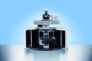 Raman-Mikroskop mit Sicherheitsgehäuse der Laserklasse 1 und automatischem Probentisch. (Bildquelle: Bruker Optik)