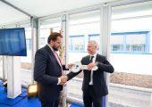 Dr. Martin Füllenbach, CEO, und Gerfried Eder, Managing Director & Director Sales Semperflex bei der symbolischen Schlüsselübergabe. (Bildquelle: Semperit Group)