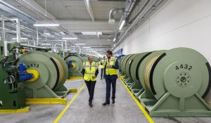 Frank Gumbringer, CFO, und Dr. Martin Füllenbach, CEO beim Produktionsrundgang in Odry. (Bildquelle: Semperit Group)