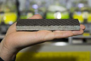 Kohlefaserverstaerkte Steinplatte - aufgenommen im Labor von Prof. Brueck - im Hintergrund Algenkulturen aus deren Algenoel die Kohlefasern gewonnen werden können. (Bildquelle: Andreas Battenberg/TUM)