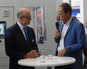 Thorsten Kühnmann, VDMA, und Dr. Frank Stieler, Krauss Maffei, eröffneten den Presserundgang. (Bildquelle: Simone Fischer/Redaktion Plastverarbeiter)
