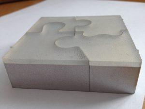 Verbundmaterialien aus verschiedenen Kunst- und Schaumstoffen  können gut bearbeitet werden. Um beim Schneiden von Kunststoffen Schnittfäden zu vermeiden, wird mit dem Abrasivstrahl – Wasser und Sand – gearbeitet.