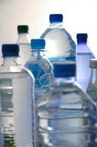Wasserflaschen aus PET. (Bildquelle: Volker Wierzba - stock.adobe.com)