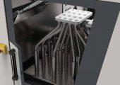 Kompakt integriert: Der Rohrverteiler findet innerhalb der Maschinenschutzverkleidung Platz. (Bildquelle: Engel)