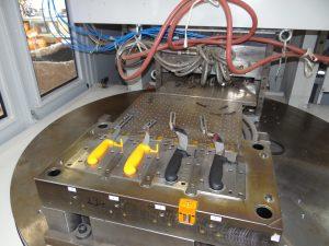 Vier Messer, zwei Farben, ein Zyklus – die Zweikomponenten-Maschine macht es möglich.