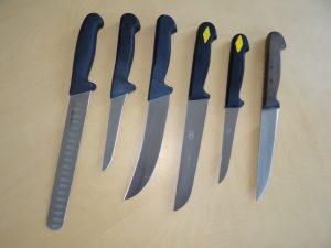 Fünf Generationen Messergriffe: rechts der Holzgriff, dem die ersten Griffe aus Kunststoff nachempfunden worden waren. Ganz links ein Messer der heutigen Griffgeneration.