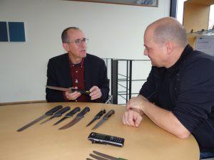 Herman Giesser (links) und Björn Mutschler betrachten die Kunststoffgriffe der ersten Generation und freuen sich über die deutlichen Qualitätsverbesserungen. (Bildquelle: alle Simone Fischer/Redaktion Plastverarbeiter)