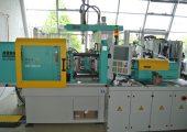 Die Herstellung der 2K-Probekörper aus Thermoplast - PP und PC - und Flüssigsilikon (LSR) erfolgte auf einer Mehrkomponenten-Spritzgieß- maschine mit Liquid Injection Molding (LIM) zur LSR-Verarbeitung. Das Thermoplast-Aggregat ist in L-Stellung montiert. (Bildquelle: Universität Kassel)