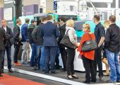 Impression von der Fakuma 2018. Auch 2021 sollen sich die Messehallen in Friedrichshafen wieder füllen. (Bildquelle: Schall Messen)
