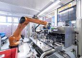 Zur Einhaltung der technischen Sauberkeit werden beim Kunststoffverarbeiter verschiedene Montageschritte in eingehausten Maschinen durchgeführt. (Bildquelle: alle Pöppelmann K-Tech)
