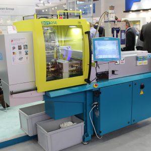 """Dieser kompakte Spritzgießautomat zeigt die Möglichkeiten einer spritzgegossenen 3D-Oberflächenstruktur auf einer """"Check-Karte"""".  (Bildquelle: Boy)"""