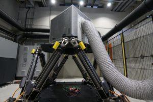 Das neue vollelektrische Oktopoden-Bewegungssystem ermöglicht die Simulation von Bewegungsabläufen bis zur vierfachen Erdbeschleunigung unter definierbaren Klimabedingungen. (Bildquelle: alle Felix Oeder, Landratsamt Weißenburg-Gunzenhausen)