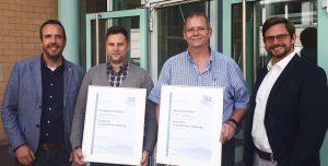 Christopher Baldauf (2. v. l.) und Marcus De Vries (2. v. r.) legten erfolgreich die Prüfung zur Fachkraft Kunststoffverarbeitung bei den SKZ-Dozenten Jan Wiedemann (l.) und Markus Hoffmann (r.) ab. (Bildquelle: SKZ)
