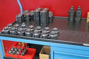 Jede Maschine hat eine Basisausstattung an Spannelementen. Zusätzlich steht ein Wagen mit ergänzenden Elementen bereit.