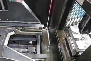 Ein schienengeführtes Handlingsystem transportiert die Paletten 250 zwischen Regal und Maschine.