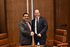 Dr. Martin Brudermüller, Vorsitzender des Vorstands der BASF SE, (rechts) und Gautam Adani, Chairman der Adani-Gruppe, haben heute eine Absichtserklärung zur Prüfung einer gemeinsamen Investition im Bereich der Acryl-Wertschöpfungskette in Mundra/Indien unterzeichnet. (Bildquelle: BASF)