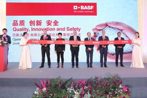 Die Eröffnung der neuen BASF-Produktionsanlage für Antioxidantien in Shanghai. Von links nach rechts: Hermann Althoff (Senior Vice President, Performance Chemicals Asia Pacific, BASF), Jinhua Hou (Vice Chairman of Shanghai Chemical Industry Park Administration Committee), Markus Kamieth (Member of the Board of Executive Directors of BASF), Jing Ma (Chairman of Shanghai Chemical Industry Park Administration Committee), Stephan Kothrade (President Functions Asia Pacific, President and Chairman Greater China, BASF), Anup Kothari (President, Performance Chemicals, BASF) (Bildquelle: BASF)