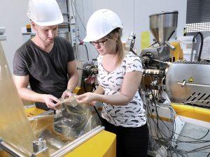 Aus rezykliertem Verpackungsabfall entsteht im Fraunhofer IVV eine reine PE-Folie mit Neuware-Eigenschaften. (Bildquelle: Fraunhofer IVV)